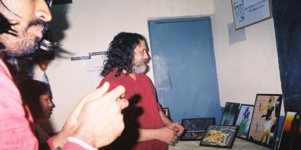 Photo showing Richard Stallman looking at the creations of students at AC3